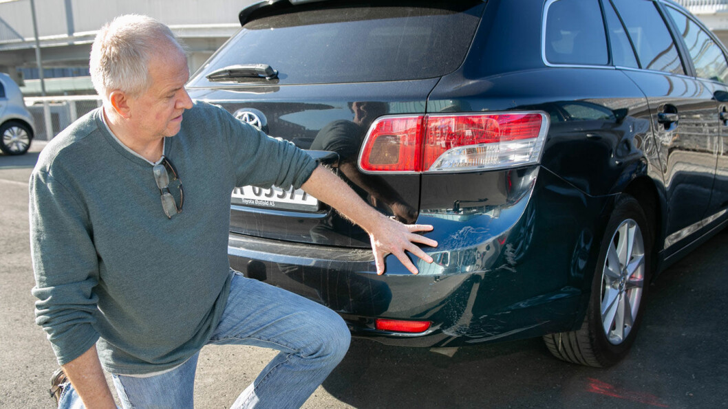 FORT GJORT: Etter et ublidt møte med en sperrestein ble bilen til Per Øystein Larsen ripet opp på baksiden.