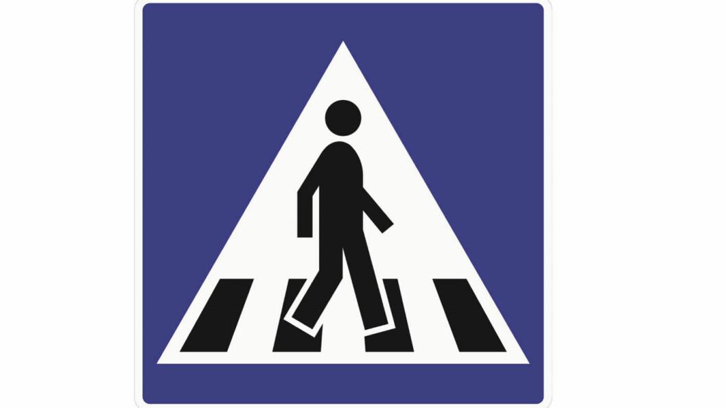 UTEN HATT: Her er person uten hender og føtter på vei over gangfeltet – uten hatten.