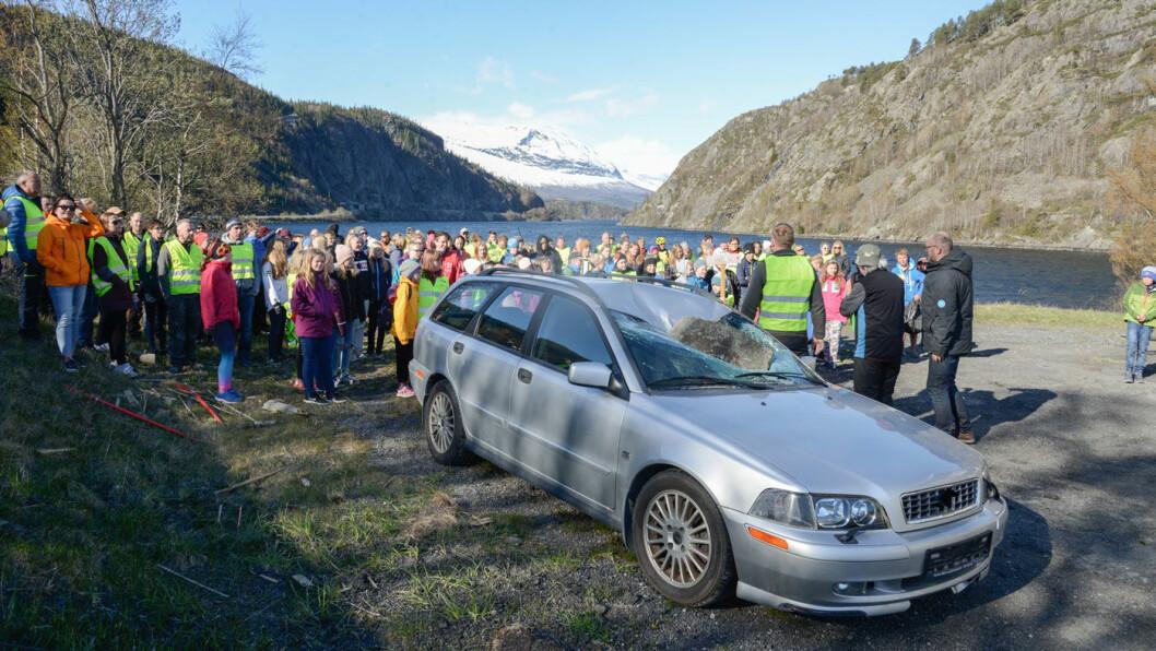 AKSJON: Mandag aksjonerte foreldre og barn i Vang i Valdres. Det mest rasutsatte området er fjellveggen i bakgrunnen. Foto: Hallgrim Rogn