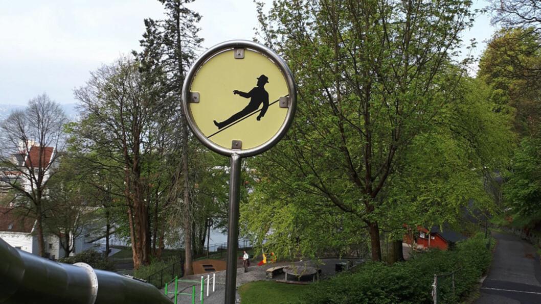 SKLI-MANN: Mann med hatt som sklir ved Skanseparken i Bergen. Foto: Tone Espeland