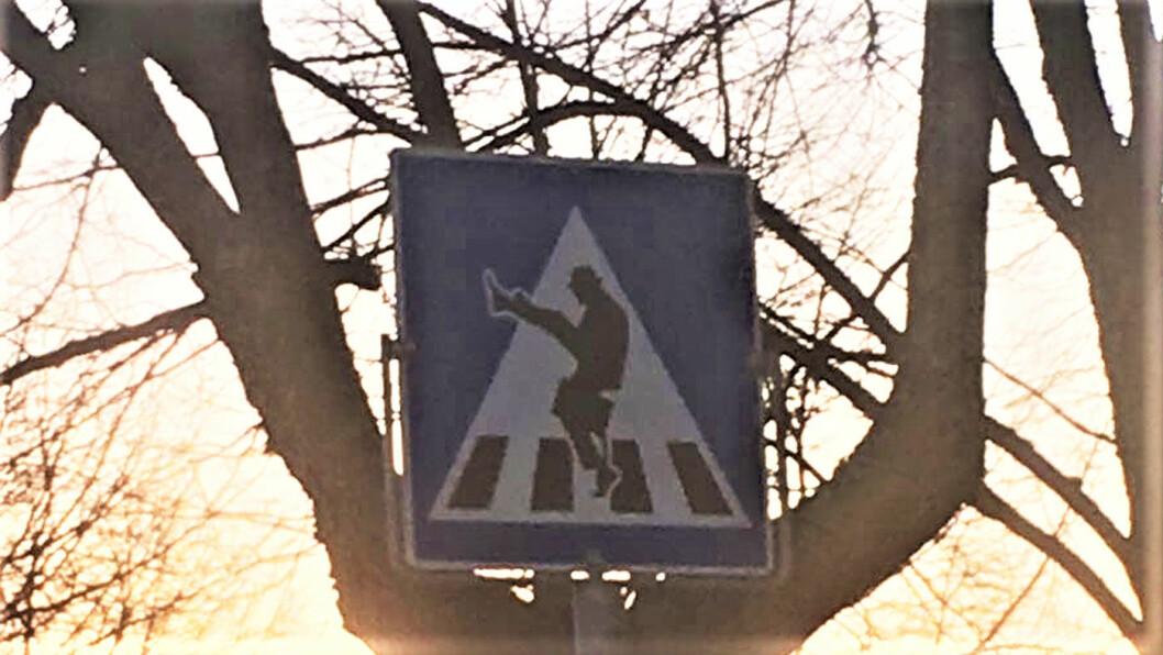 SVÆRE STEG: Mann med hatt ved fotgjengerovergang i Ørje i Østfold. Foto: Privat
