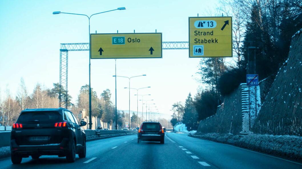 STOPP: Kvinnens bil fikk stans på E18 inn mot Oslo, en av landets travleste veistrekninger. Foto: Peter Raaum