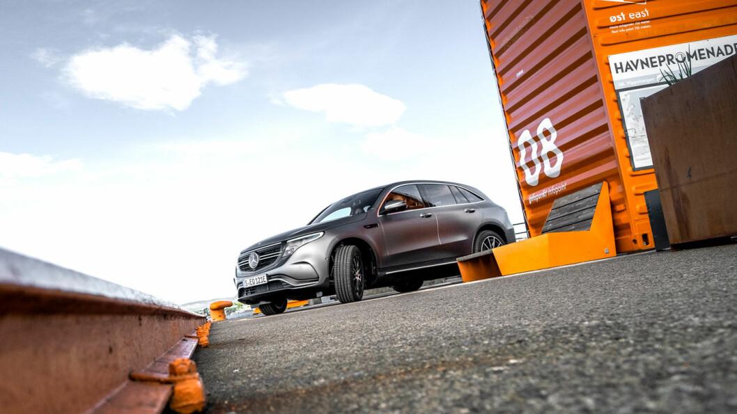 NYKOMMER: Slik ser den altså ut på norske veier, den nye elbilen til Mercedes, kalt EQC. Utseendet er umiskjennelig Mercedes, og selve karosseriformen er lik SUV-en GLC. Foto: Jon Terje Hellgren Hansen