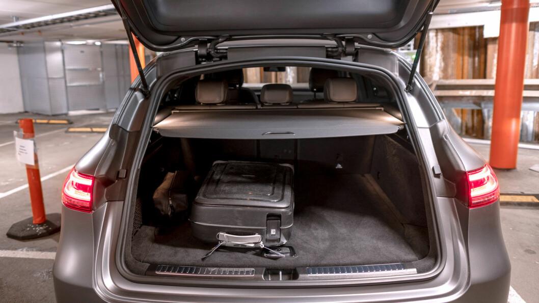 SKUFFENDE: Bagasjerommet tar «rundt 500 liter», det er uansett en god del mindre enn de konkurrentene. Og ladekablene må legges under bagasjeromgulvet. Svært upraktisk hvis du må lade med bilen full av bagasje.