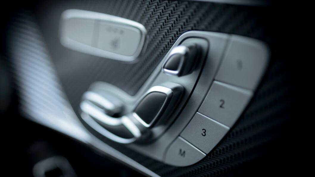 MERKETYPISK: Instrumentpanelet kjenner vi igjen fra stadig flere Mercedes-modeller, mens midtkonsollen kommer fra C-klassen. Materialkvaliteten er litt blandet. Foto: Jon Terje Hellgren Hansen