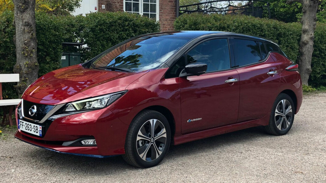 NYGAMMEL: Nissan Leaf har fått et kraftigere batteri, flere hester, bedre rekkevidde og noen nye farger. Men utseendet er ellers det samme.