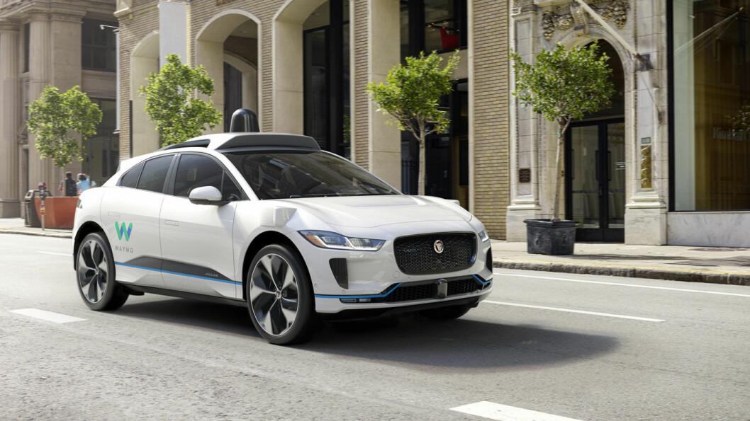 TESTER VIDERE: Slik blir Waymos selvkjørende Jaguar I-Pace. Waymo har testet selvkjørende biler i 10 år. – Det blir den største endringen vi kommer til å oppleve i våre liv, sier Ryan Powell, leder for brukeropplevelse ved Waymos forsknings- og utviklingsavdeling. Foto: Waymo