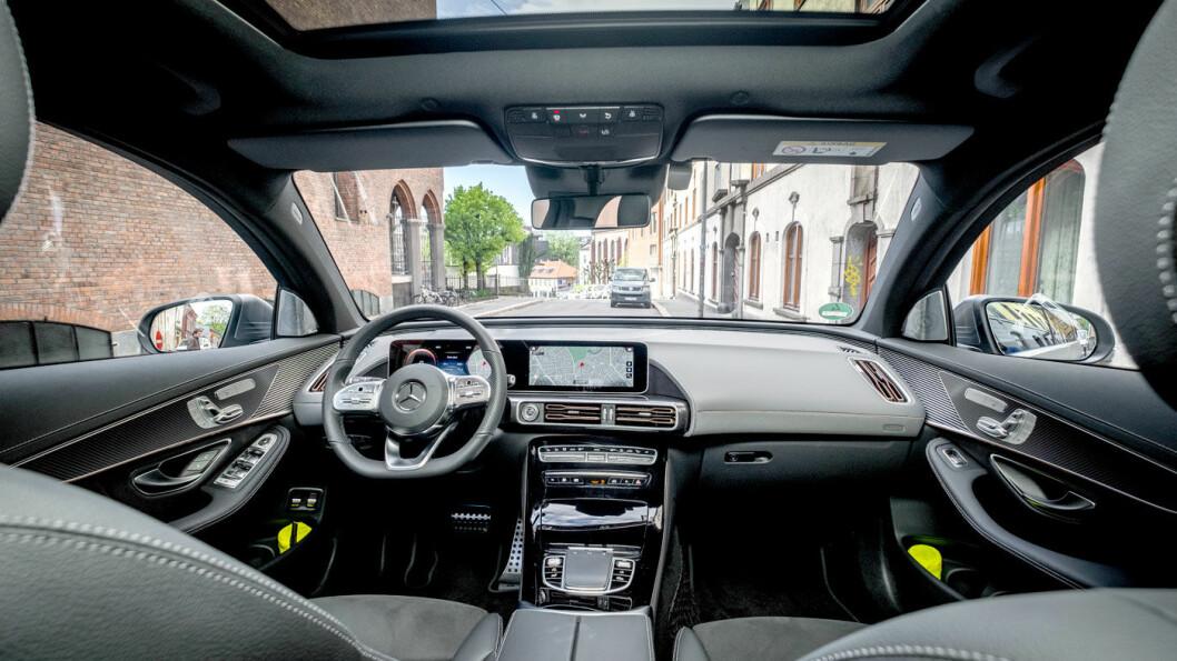 MERKETYPISK: Instrumentpanelet kjenner vi igjen fra stadig flere Mercedes-modeller, mens midtkonsollen kommer fra C-klassen. Materialkvaliteten er litt blandet.