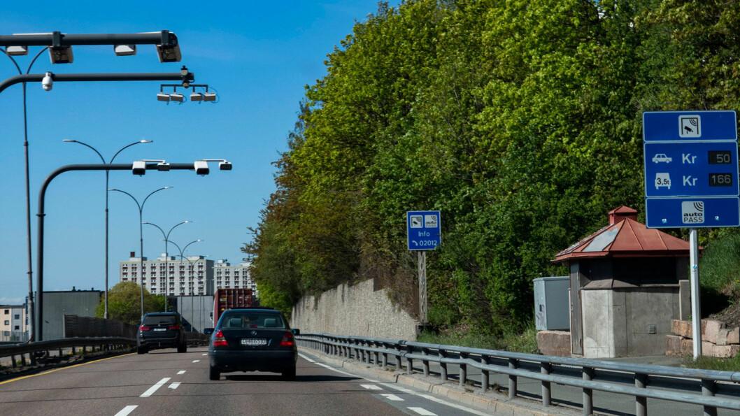 SPARER: Elbileierne sparer 1,2 milliarder kroner i løpet av et år på å ikke betale bompenger. Her fra bomringen i Groruddalen i Oslo. Foto: Geir Olsen