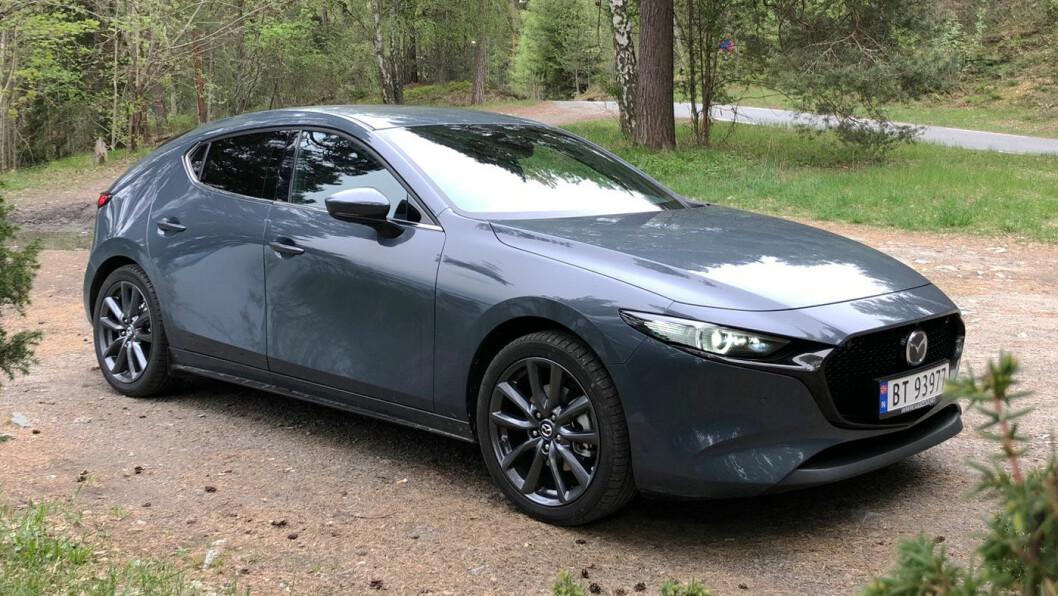 ELEGANT: Utseendet til nye Mazda 3 skaper entusiasme hos de fleste. Fronten er ribbet for pynt og grøftelys og hele karosseriet er rent og lavt og sportslig. Foto: Øivind A. Monn-Iversen