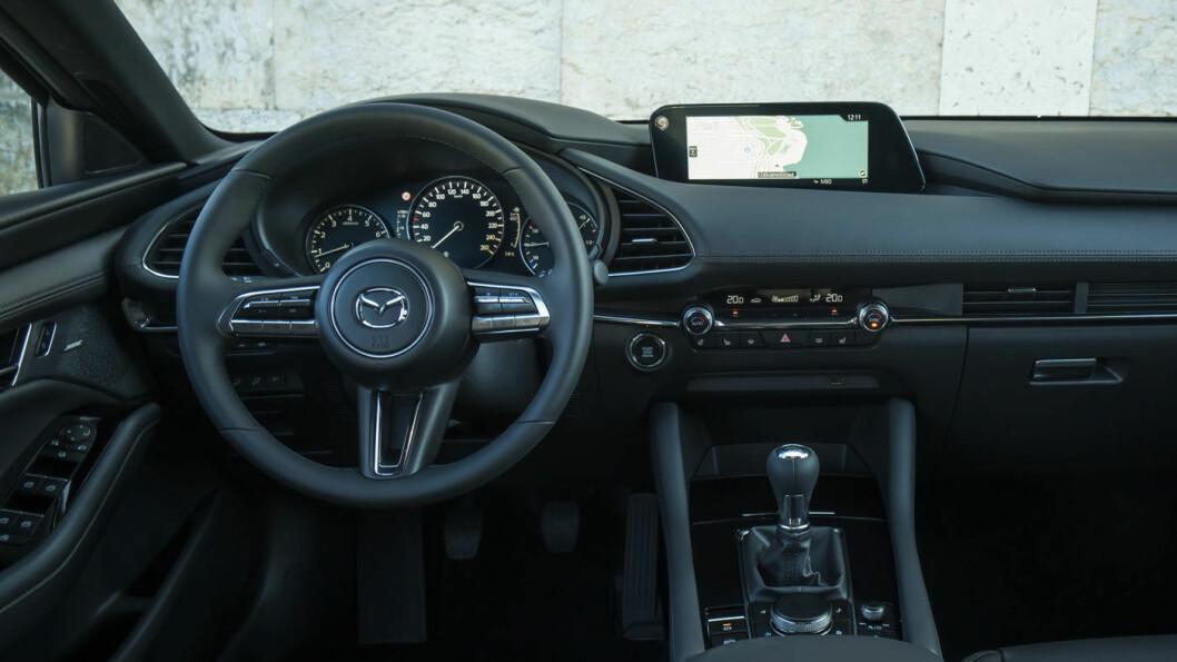 KVALITET: Inge biler gir deg like mye kvalitetsfølelse til drøye 300.000 kroner som Mazda 3. Interiøret preges av tradisjonell layout og lekre materialer.