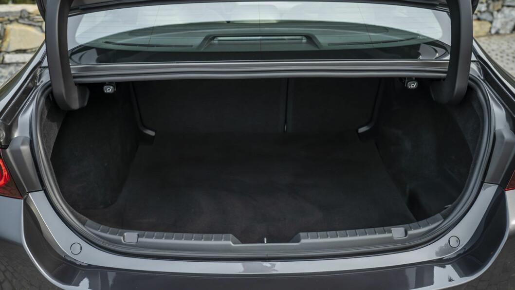 PLASS NOK: Bagasjerommet på 385 liter er nok til dem som er på jakt etter en elegant bil i denne klassen.