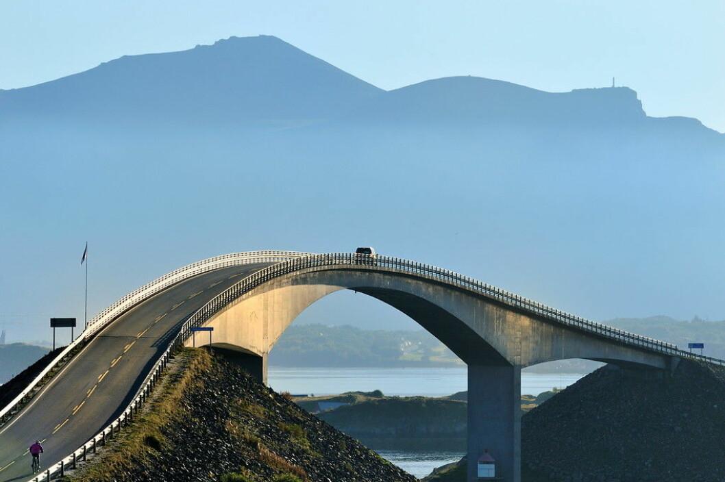 BESTE BILTUR: Atlanterhavsveien i Møre og Romsdal er kåret til den beste bilturen i Europa av TomTom. Her ved Storseisundbrua på Nasjonal Turistveg. Foto: Jarle Wæhler / Statens vegvesen
