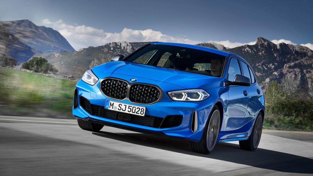 FÅR STRØM: BMW-1 har gått gjennom store endringer – fra bakhjulsdrift til forhjulsdrift – uten at verken karosseriet eller designet er endret nevneverdig. Nå kommer den også i helelektrisk versjon.