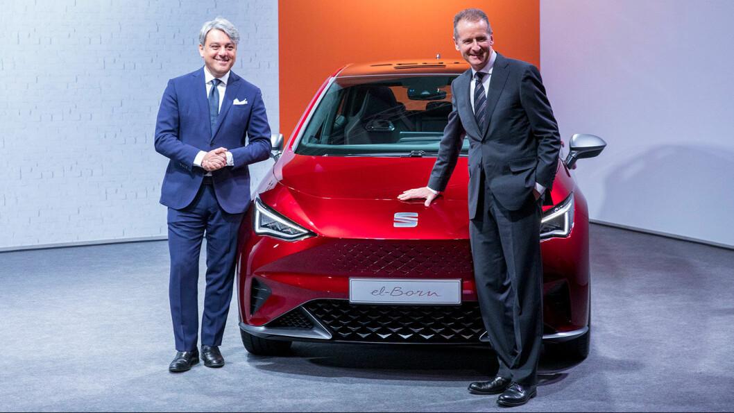 FØRST I LØYPA: el-Born er SEATs første elbil. Her er konsernsjef Herbert Diess i Volkswagen AG (t.h.) og SEATs toppsjef Luca de Meo fra første visning av bilen tidligere i år.