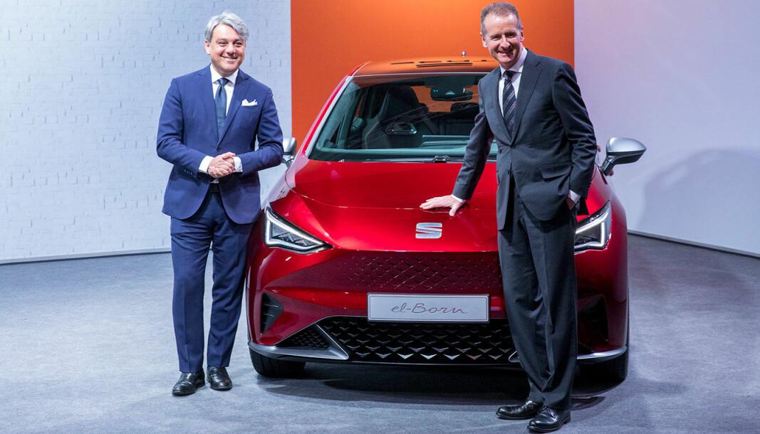 """<span class="""" font-weight-bold"""" data-lab-font_weight_desktop=""""font-weight-bold"""">NYE MODELLER:</span> Konsernsjef i Volkswagen Herbert Diess (t.h.) og tidligere Seat-sjef Luca de Meo foran Seat el-Born, som er en versjon av VW ID.3, og snart klar for markedet som en Cupra El-Born."""