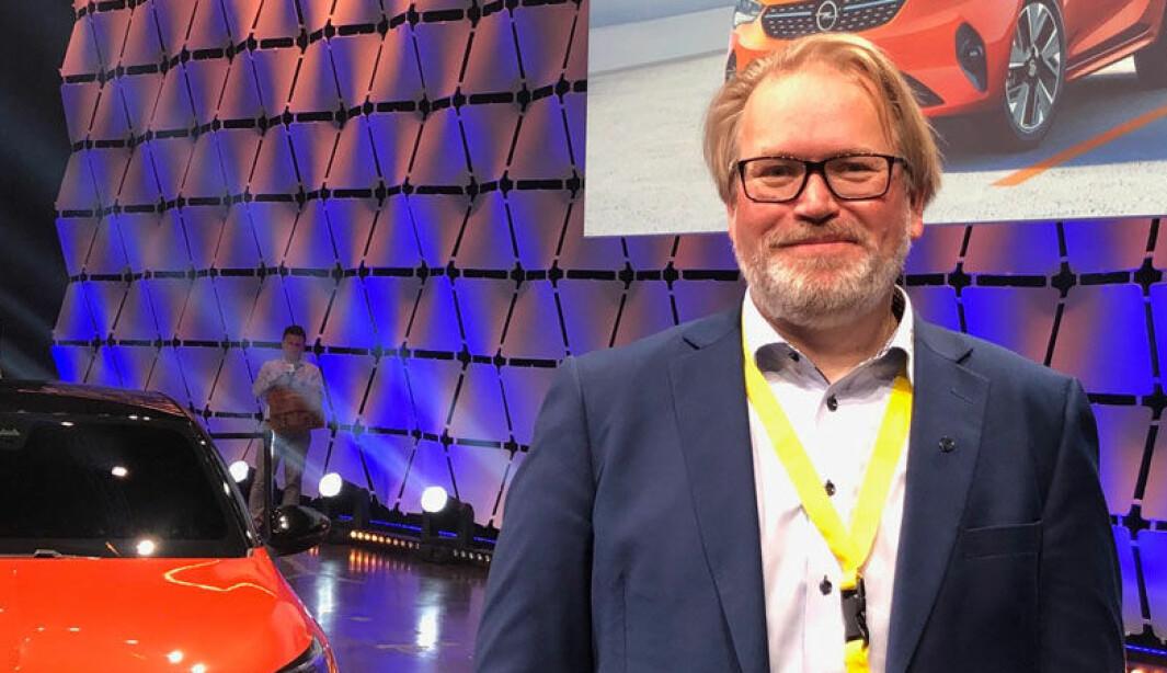 TILBYR LÅNEBIL: Informasjonssjef Stein Pettersen hos importøren Bertel O. Steen.