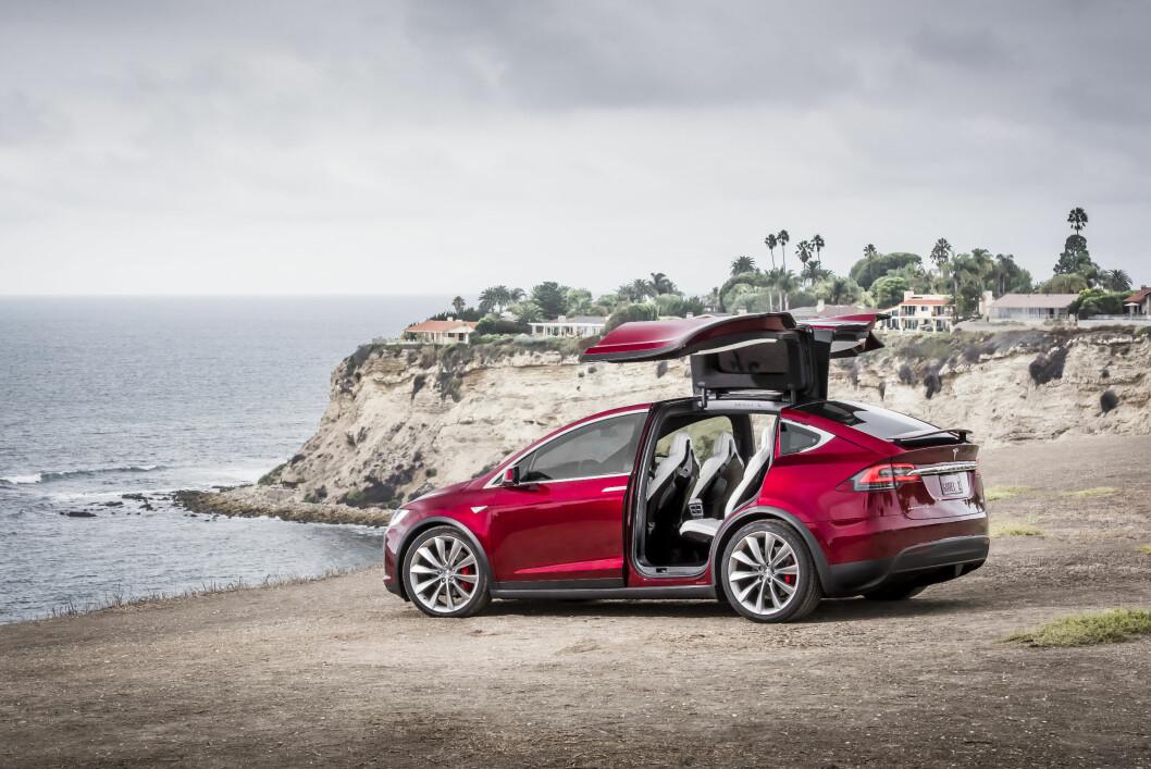FØRST TIL NORGE: Eldrid og Olav Midttun fra Bærum får Europas første Tesla Model X. Foto: Tesla