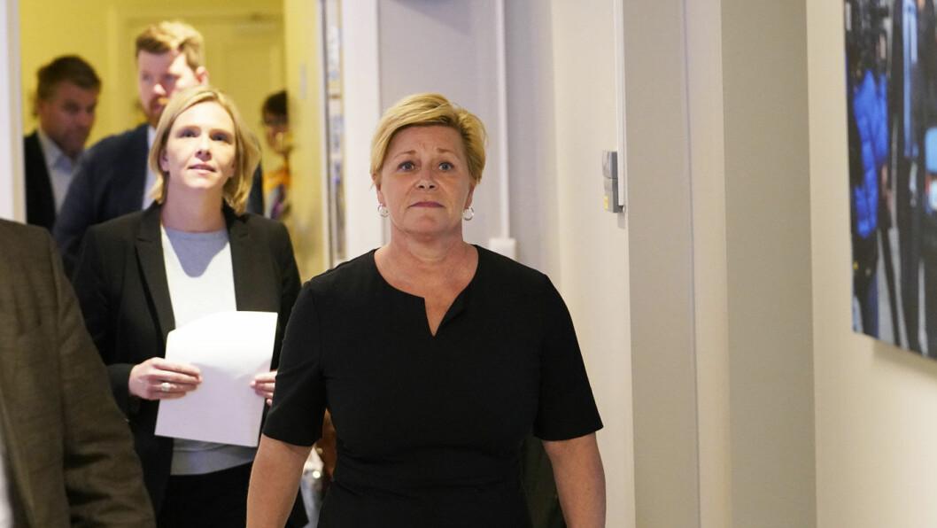 JOBBER FOR GJENNOMSLAG: Frp-leder Siv Jensen og Sylvi Listhaug (i bakgrunnen) etter FrPs ekstraordinære landsmøte om bompenger onsdag. Foto: Fredrik Hagen / NTB scanpix