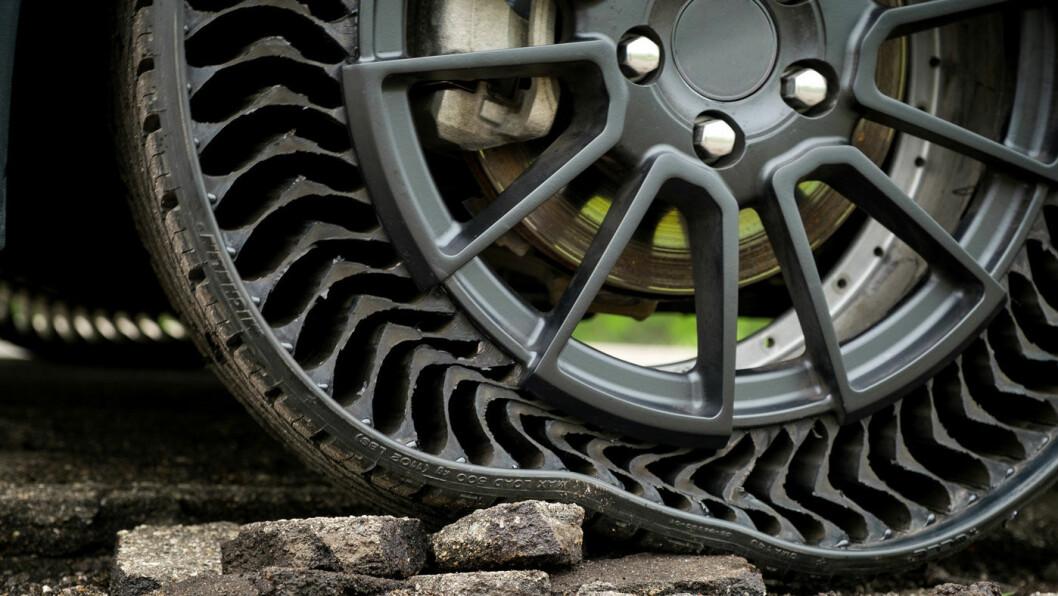 TAR GREP: Michelins prototype på et luft- og punkteringsfritt dekk er kanskje produksjonsklart allerede i 2024. Foto: Michelin
