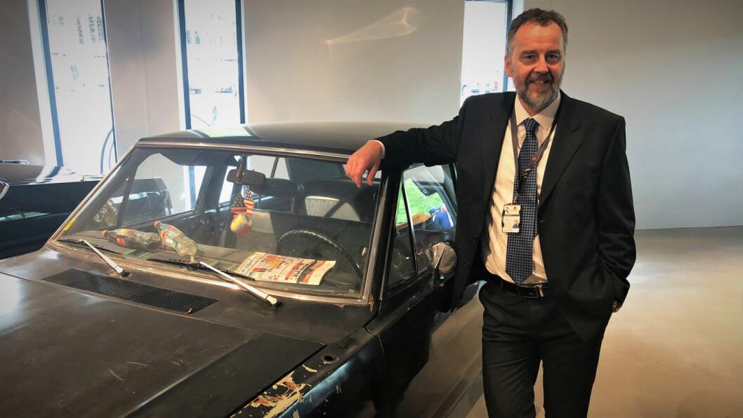 HJEMMEBRENT: Museumsdirektør Geir Atle Stormbringer er glad for å kunne vise frem Kong Olavs bil slik den var. Legg merke til colaflaskene med hjemmebrent på dashbordet. Foto: Geir Røed