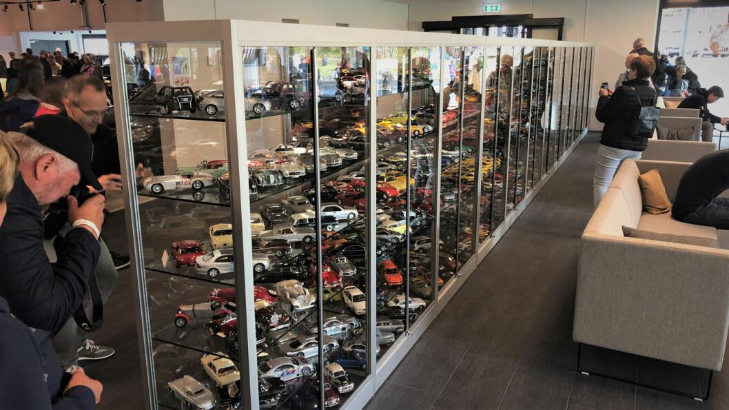 MODELLBILER: Her er noen av modellbilene til Ketil Solvik-Olsen. De fyller flere meter i seks etasjer. Foto: Geir Røed