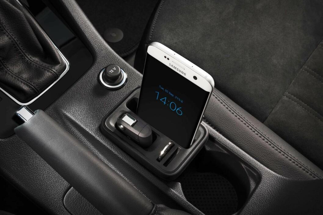 ALLTID EN LØSNING: I midtkonsollen kan man legge bilnøkkel og mobil uten å frykte at det sklir rundt.
