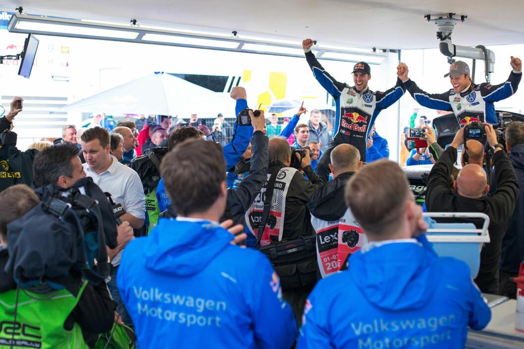 VANT TIL SLUTT: Etter å ha kjempet til siste fartsetappe, vant Andreas Mikkelsen og kartleser Anders Jæger VM-runden i rally i Polen i dag. Foto: VW