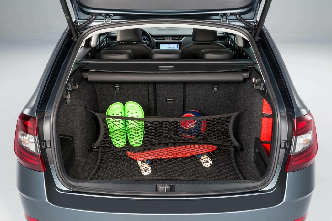 PLASSMESTER: I tillegg til å ha god plass i bagasjerommet er det også masse muligheter til å sikre bagasjen.