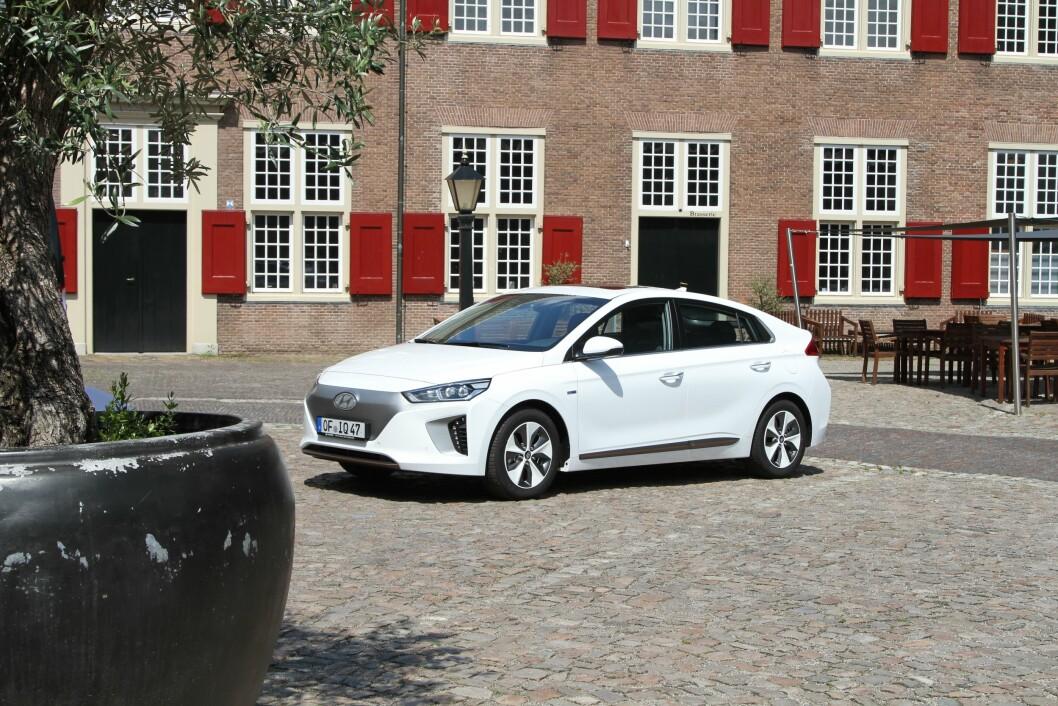 TRE I EN: Nye Hyundai Ioniq kommer først som ren elbil og vanlig hybrid, deretter som ladbar hybrid. Designen er mer tradisjonell enn på Toyota Prius. Foto: Rune Korsvoll