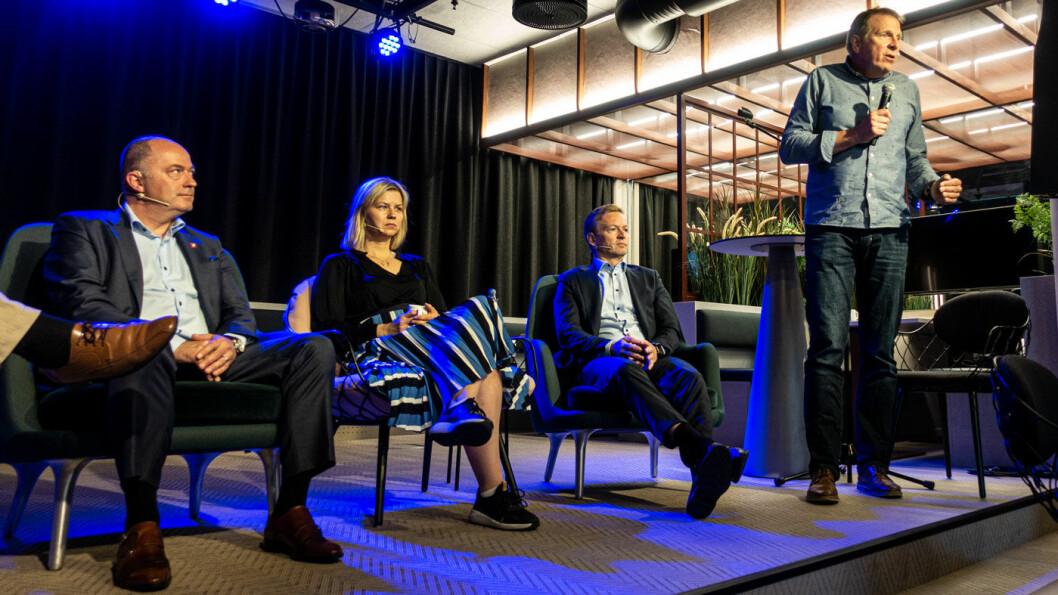 SKEPTISK: TØI-forsker Kjell Werner Johansen (stående) under et frokostmøte hos NAF tidligere i juni –med politikerne Morten Stordalen (t.v.), Guri Melby og Helge Orten.