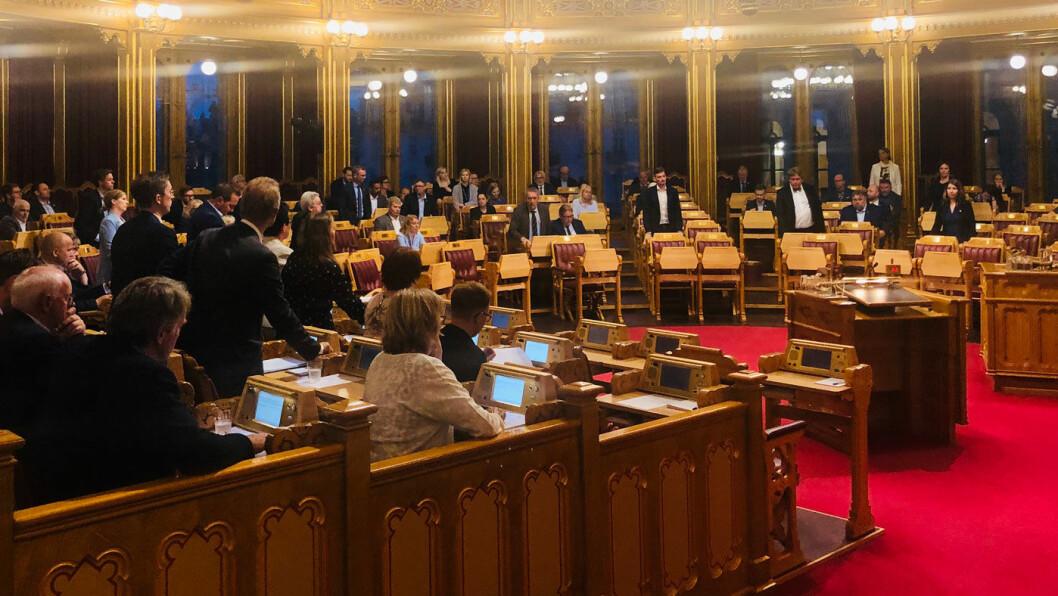 OPP MED HÅNDA: Bompengefinansieringen av tre store veiprosjekt ble vedtatt med overveldende flertall i Stortinget tirsdag. Foto: Peter Raaum