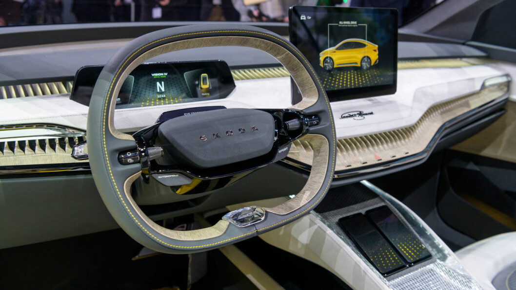 TO-EKET RATT: Interiør i konseptbilen. Stadig er det to-eket ratt som gjelder.