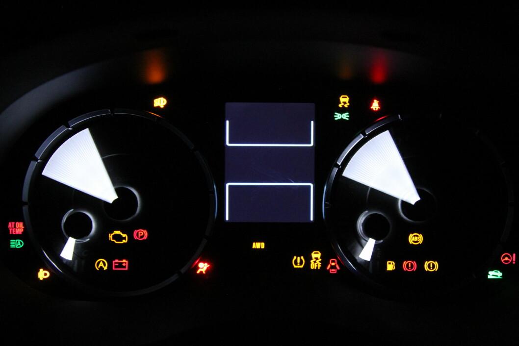 NÅR LAMPENE LYSER: Når en rød lampe lyser på dashbordet, må du stoppe bilen med en gang. En gul lampe betyr at du har litt tid til å fikse problemet. Foto: Rune Korsvoll