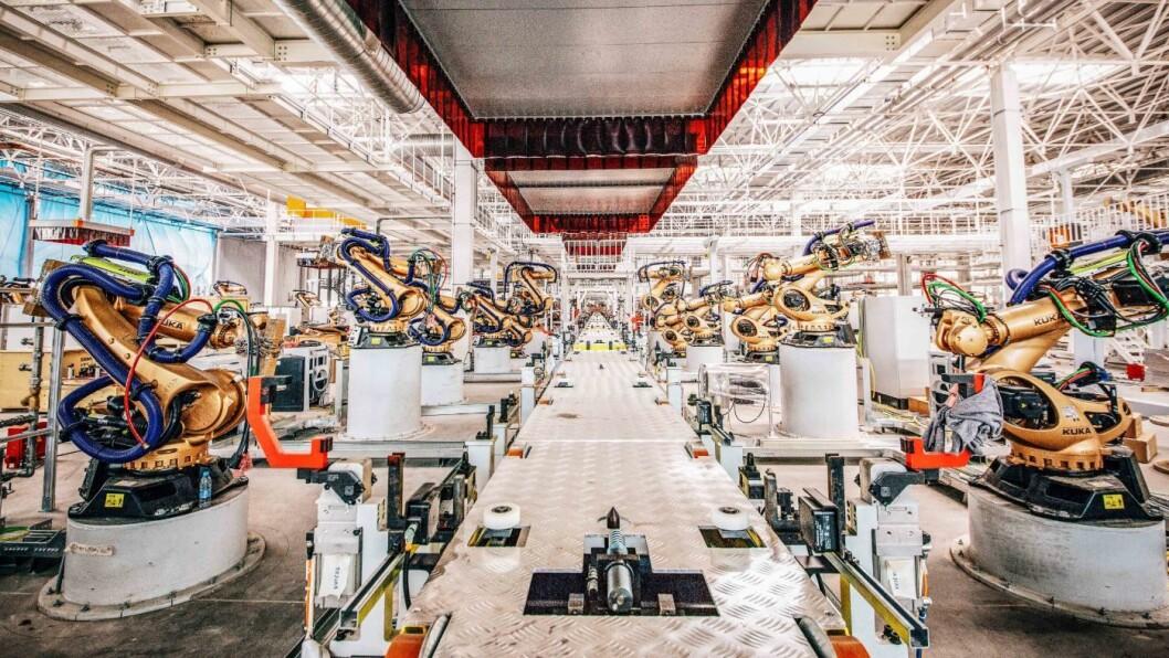 FÆRRE I KØEN: Byton er en av de kinesiske elbilprodusentene som lanseres for fullt i 2019. Her venter noen av de 335 robotene på fabrikken på noe å gjøre. Samtidig varsler kinesiske myndigheter strammere regler for oppstartselskapene.