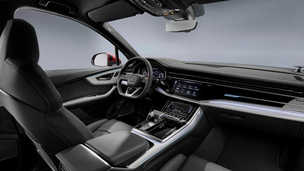 NYTT INTERIØR: Q7 får nå de to store skjermene og de øvrige designtrekkene vi kjenner fra de øvrige luksusbilene til Audi, fra e-tron til Q8.