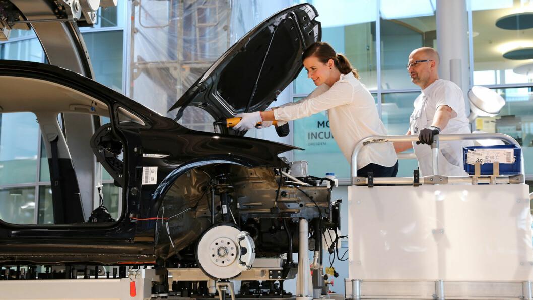 BILFABRIKK: Volkswagen er Europas største bilprodusent. Ved deres fabrikk i Dresden kan kjøpere få være med på monteringen av e-Golf'ene. Foto: Volkswagen AG