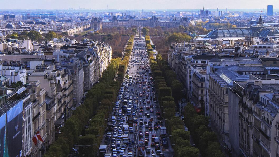 ØKTE TALL: CO2-utslippene fra personbiler øker i Paris (bildet) og andre europeiske byer ettersom stadig flere velger seg store, bensindrevne biler. Foto: Pedro Gandra, Unsplash