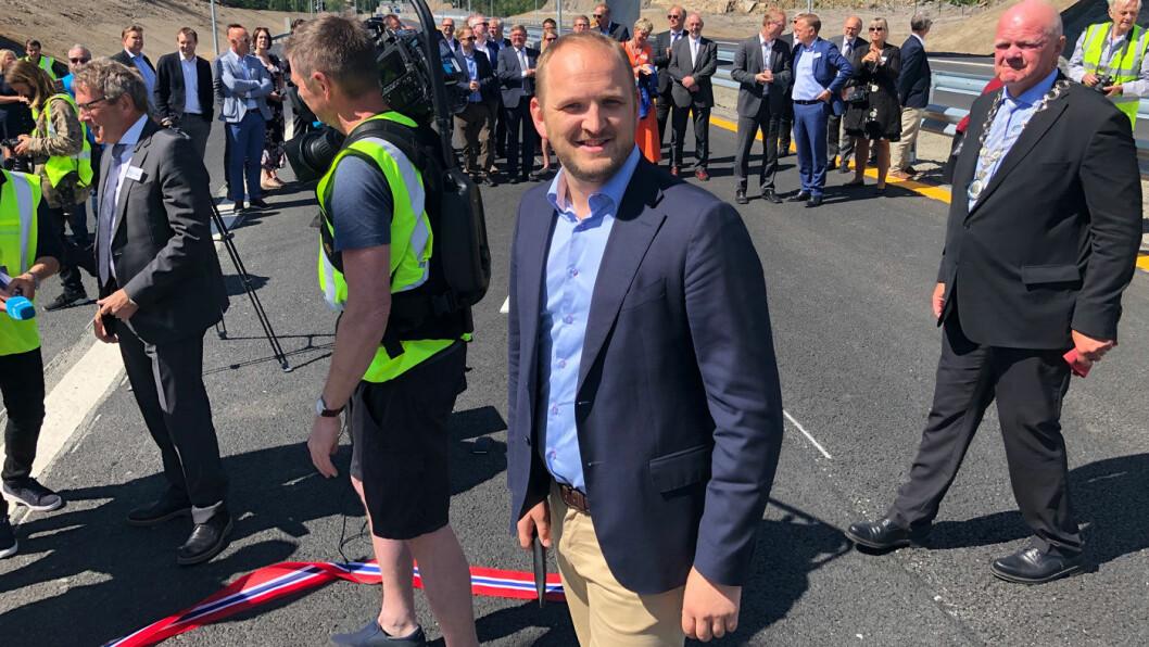 VEIÅPNING: – Dette er et tidsskille i norsk veipolitikk, sier samferdselsminister Jon Georg Dale, som tirsdag åpnet ny firefeltsvei på Sørlandet. Foto: Geir Røed