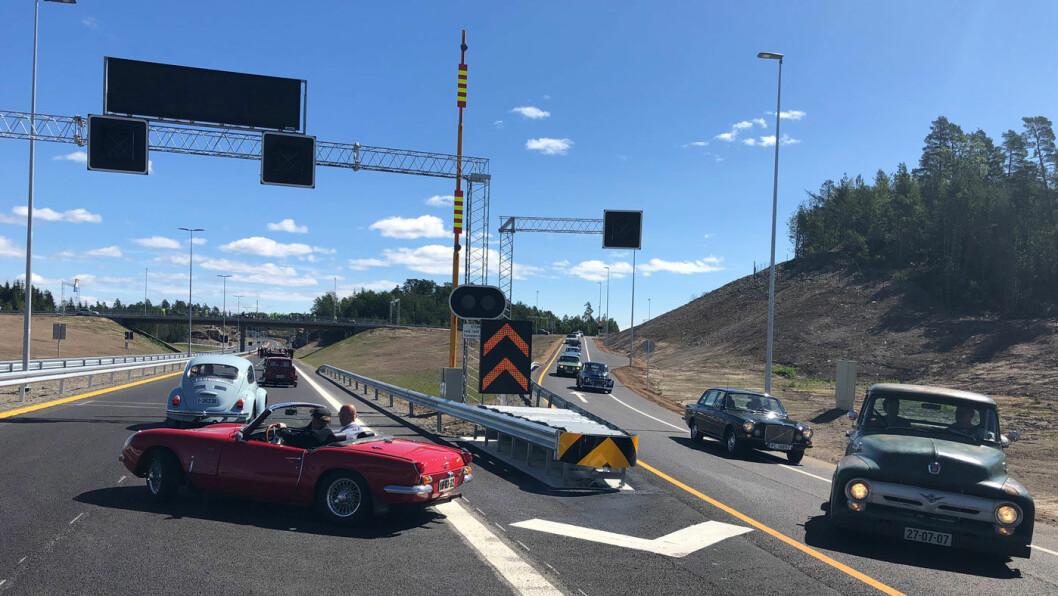 VETERANBILER: En lang parade med veteranbiler av alle typer markerte åpningen av ny motorvei på Sørlandet. Foto: Geir Røed