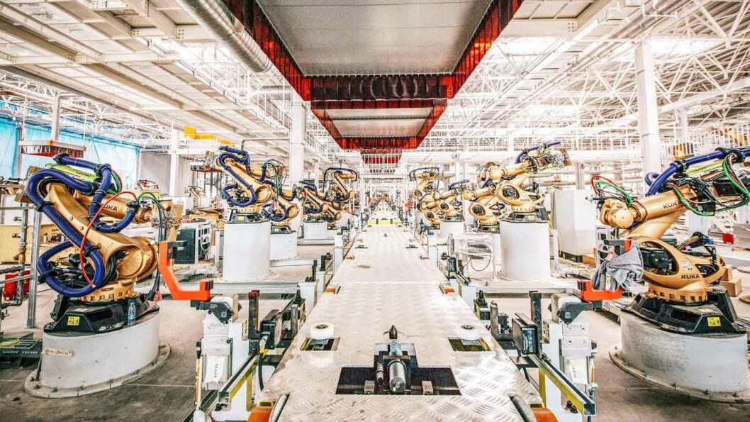 SATSER STORT: 335 roboter er i sving i Bytons nye fabrikk utenfor Nanjing, byen som satser stort på å bli et senter for den nye mobilitetsindustrien i Kina.
