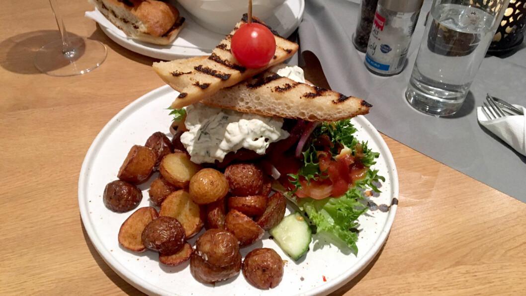 RAUSE PORSJONER: Fiskeburgeren er hjemmelaget og serveres med gode, stekte poteter.
