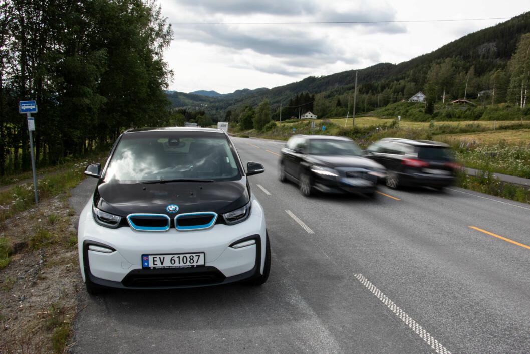 KLIMAREGNSKAPET: Per i dag fører produksjonen av en elbil, som for eksempel en BMW i3, til mer utslipp av CO2 enn produksjonen av en fossilbil. Det skyldes i stor grad batteriet. Men når elbilen først er kommet på veien er det slutt på utslippene. Foto: Peter Raaum