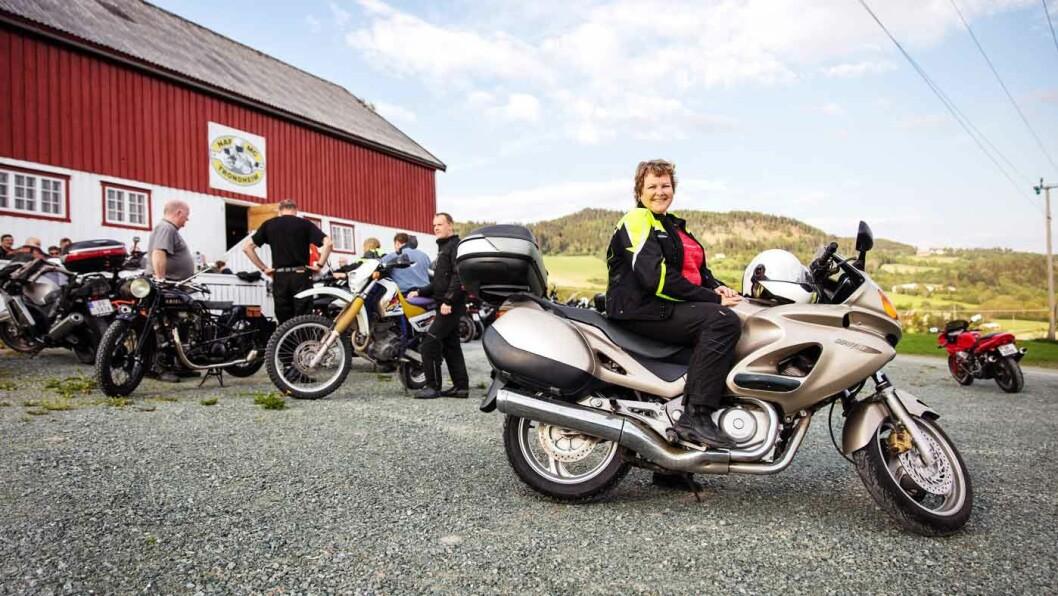 BRENNER FOR MC: Bente-Irene Finseth har kjørt MC i 16 år, og NAF MC Trondheim er klubben i hennes hjerte. Foto: Geir Mogen