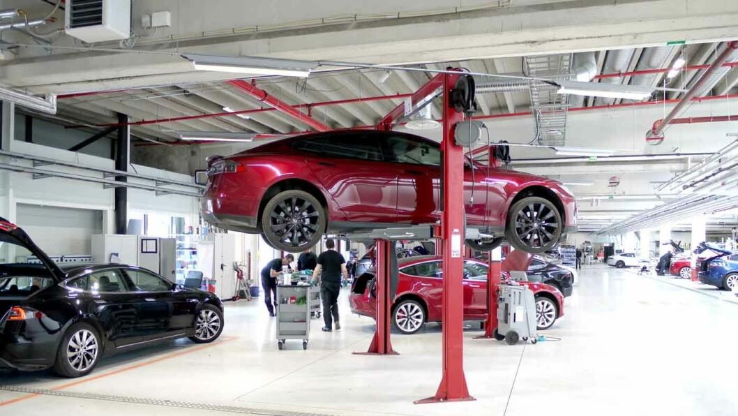 EUROPAS STØRSTE: Teslas nye servicesenter på Karihaugen i Oslo er Europas største. Økt bemanning og doble skift kutter ventetiden med opptil tre måneder. Foto: Pia Strømstad