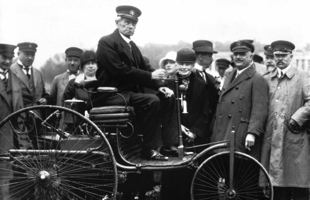 FØRSTE BIL: Benz Patent-Motorwagen er anerkjent som verdens første bil. Her med Carl Benz selv bak rattet. Foto: Mercedes