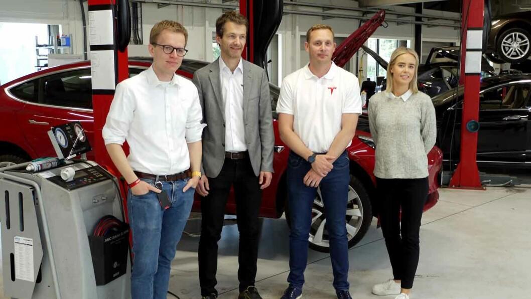 TAR GREP: Kommunikasjonssjef Even Sandvold Roland (f.v.), Sindre Seim, regional servicesjef for Norge sør, Thomas Widén, serviceansvarlig for Norge, og Nora Wisløff Egenæs, kommunikasjonsassistent i Tesla Norge.