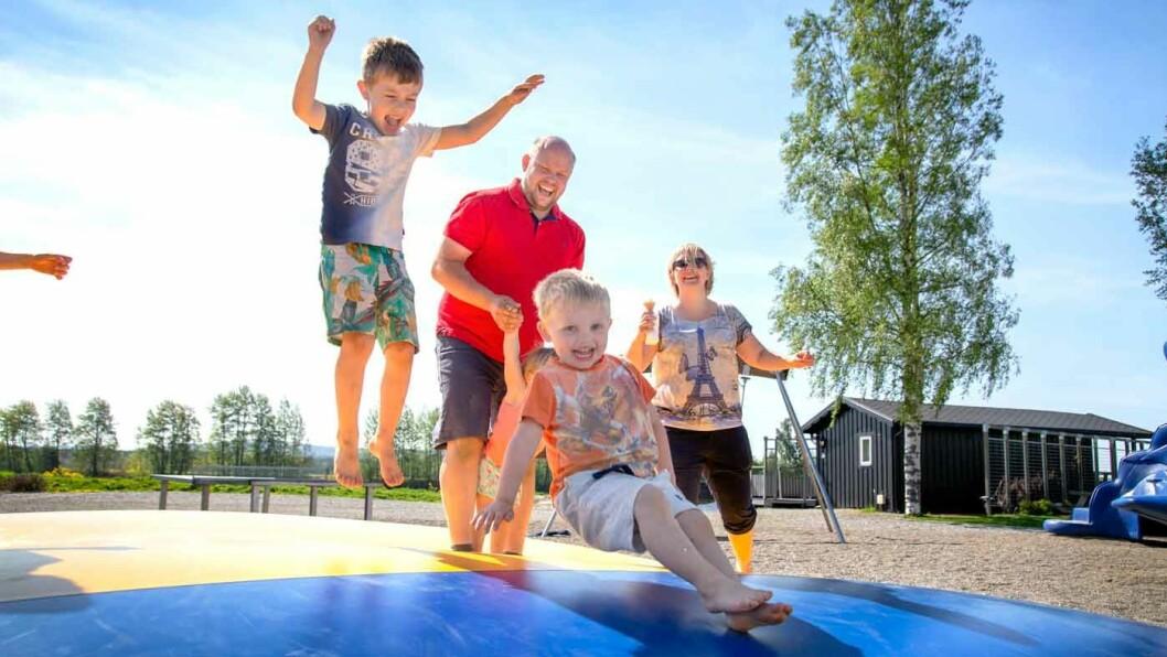 HERLIG PAUSE FOR STORE OG SMÅ: Gode og trygge lekeområder er en kjempefordel når familien skal stoppe og spise langs veien, som her på Sanngrund. Foto: Mette Randem