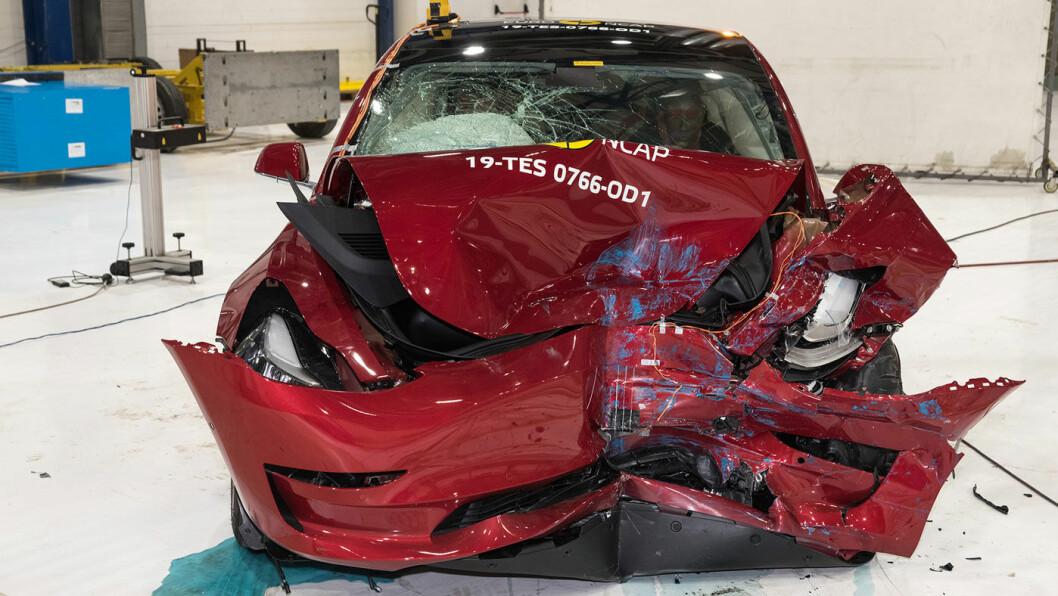 PANG: Slik ser en Tesla Model 3 ut når den smeller inn i en hindring som dekker 40 prosent av fronten med en fart på 64 km/t.