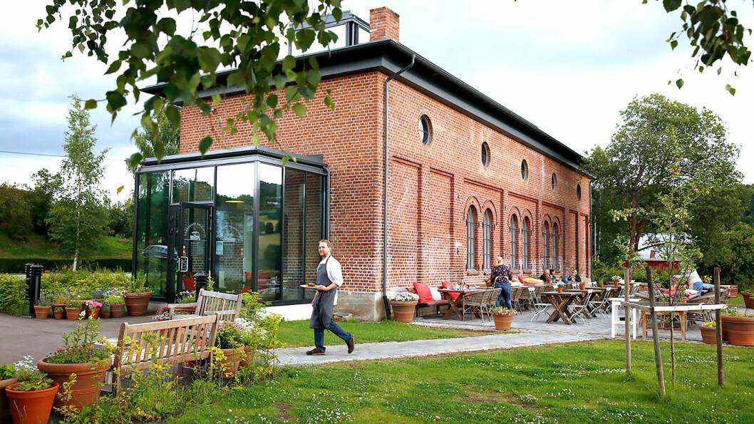 HER ER DET GODT Å TA EN PAUSE: Lokstallen har en hyggelig hage utenfor, hvor det er dekket opp når været tillater det. Foto: Mette Randem
